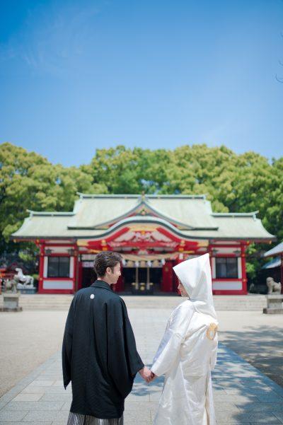 春日神社の本殿に向かう和装の新郎新婦